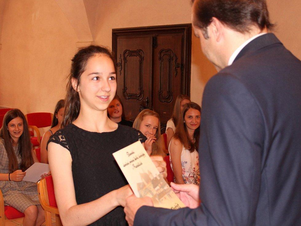 Studenti kvarty prachatického gymnázia převzali v Radničním sále z rukou starosty Martina Malého pamětní listy. Na snímku Anouk Petit.