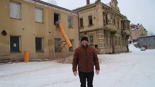 Majitel pekárny Miloslav Čermák před pekárnou. V pozadí vila továrníka Hesse.