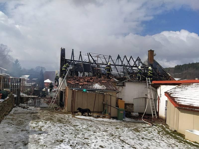 Požár stavení v obci Zálezly způsobil škodu za dva milióny.