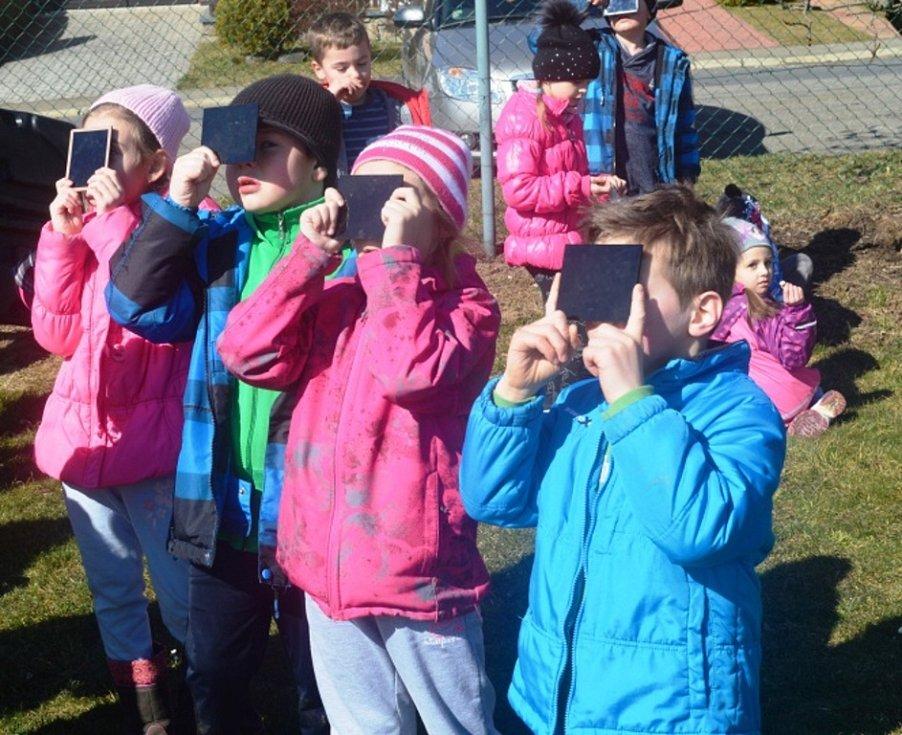 Školáci a učitelé ze Základní školy v Národní ulici v Prachaticích také sledovali zatmění Slunce.