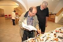 Pavel Světlík pomáhal s určováním druhů hub.