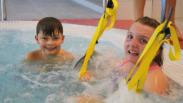 Kristínka si vyzkoušela, jak se bude pohybovat pomocí vozíčku v prachatickém bazénu.
