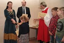 V pondělí pasovala spisovatelka Michaela Fišarová v Radničním sále v Prachaticích nové čtenáře. Jako první si ceremoniál užili prvňáčci ze ZŠ Vodňanská se svými rodiči a příbuznými.