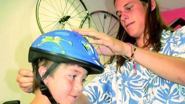 INVESTOVAT SE VYPLATÍ. Jednou z nejdůležitějších ochranných pomůcek při jízdě na kole je přilba.  Při jejím výběru by se nemělo spěchat.  Na snímku Robin Velhartický při výběru své první přilby.