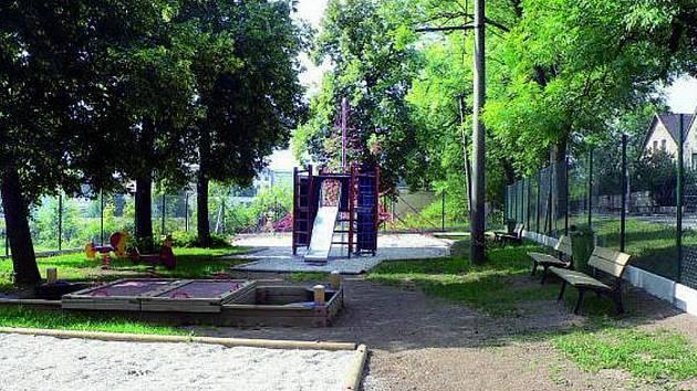 NOVÉ HŘIŠTĚ. Pracovníci dokončili rozsáhlou rekonstrukci dětského hřiště.
