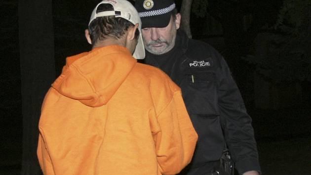 K RODIČŮM. Domů odvezli strážníci mladíka, který i přes to, že mu ještě nebylo osmnáct let, pil alkohol. Na vysvětlenou tvrdil, že jej našel. Vůbec mu prý nevadilo, že už jej před ním asi někdo pil.