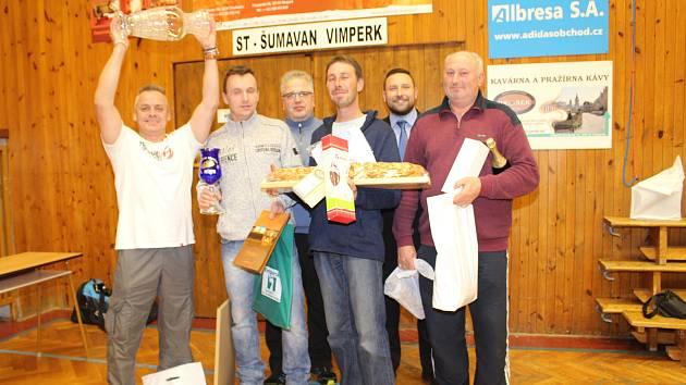 Stolní tenisté se sešli na 16. ročníku turnaje o zlatou vánočku ve Vimperku.