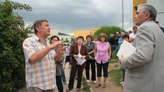 Hřiště nad pekárnou se stalo v úterý místem chvílemi ostré výměny názorů na řešení přístupové cesty k pozemkům Josefa Matouška (vlevo). Nakonec se řešení našlo.