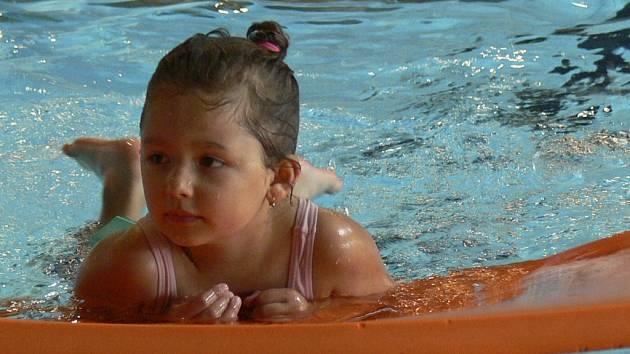 Návštěvníci prachatického krytého bazénu mohou od prvního dne následujícího měsíce i něco zakousnout. Ilustrační foto.