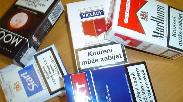 Policii dosud neznámý zloděj ukradl v prodejně padesát kartonů cigaret. Ilustrační foto.