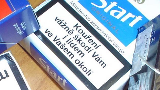 Hlídka městských strážníků přistihla nezletilého mladíka, který si v klidu kouřil cigaretu. Ilustrační foto.