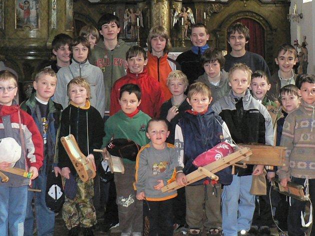 Hoštické děti vzaly řehtačky, kterými nahrazovaly zvony.
