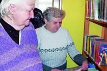 ÚTULNÉ MÍSTO. Pravidelné čtenářky Marie Kümlová a Božena Pivoňková (na snímku zprava) si včera mohly v budově obecního úřadu zapůjčit knihy podle jejich přání.