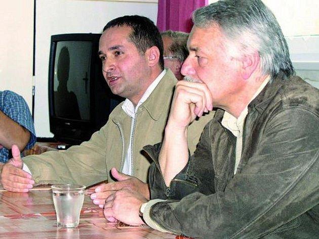 TĚŽKÉ VYSVĚTLOVÁNÍ. Zastupitel Martin Paštika (vlevo) se nedávno sešel se zaměstnanci nemocnice ve Vimperku a vysvětloval jim své propočty.