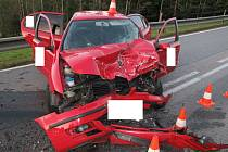 Nerozvážný manévr skončil zraněním tří osob.