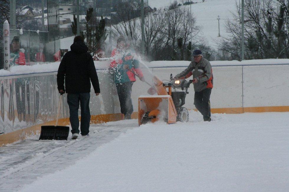 Fréza i hrabla byly včera v plném nasazení při úpravě plochy hokejbalové arény v Prachaticích. Teploty klesají, takže je nejvyšší čas zkusit ledování.