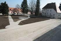 Nákladem kolem jedenácti milionů korun nechalo město Vlachovo Březí zrekonstruovat kompletní komunikace a spolu s nimi i sítě v nádvoří areálu bývalého pivovaru.