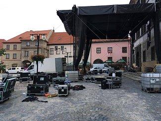 Obvykle už večer před slavnostmi hlavní pódium na náměstí stojí a ladí se poslední detaily. Letos je ale situace jiná. K dokončení stavby ještě zbývá hodně práce.