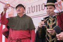 Hans Fuchs a starosta Jan Bauer připíjí Prachatickou pálenkou