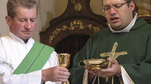 NOVÝ FARÁŘ. V neděli se pater Michal Pulec ujal řízení farnosti ve Vimperku i v několika dalších obcích. Touha po normálním farním životě byla patrná již při první návštěvě kostela.