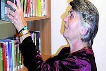 PRVNÍ VÝPŮJČKY. První knihy knihovnice Jana Nusková půjčila při sobotním slavnostním otevření.