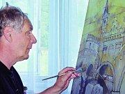 VÝBÍRÁNÍ MÍST. Umělci si 28. července vybírali vhodná místa s renesančními motivy pro ztvárnění ve svých dílech. Na snímku si Matouš Vondrák prohlíží prachatickou radnici.
