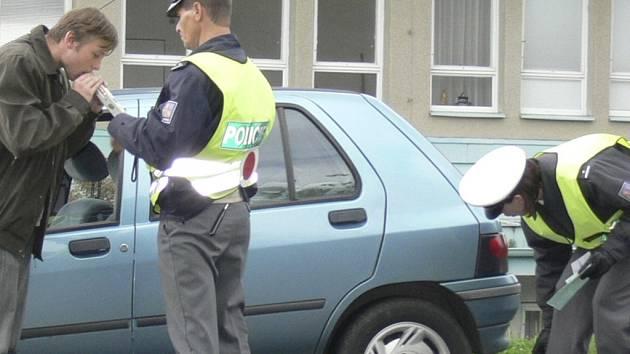 KONTROLA. Hlídka dopravní policie vyrazila za včerejší den při preventivní dopravně bezpečnostní akci celkem pětkrát. Kontrolovala správné chování dětí i rodičů při přecházení silnice a také technický stav vozidel či přítomnost alkoholu v krvi řidičů.