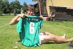 Posila? nechal jsem se vyfotit se svým číslem na zeleném dresu TJ Dub.