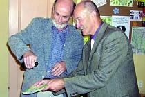 KŘEST. Starosta Pavel Dvořák (vpravo) jako představitel města, které je přirozenou vstupní branou do nejatraktivnějších míst Šumavy, pokřtil spolu s vydavatelem mapu jedinečnou rozsahem.