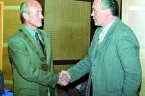 NOVÝ STAROSTA. Pavel Dvořák (vlevo) byl včera zvolen starostou Vimperka. Dnes se rozloučí se studenty.