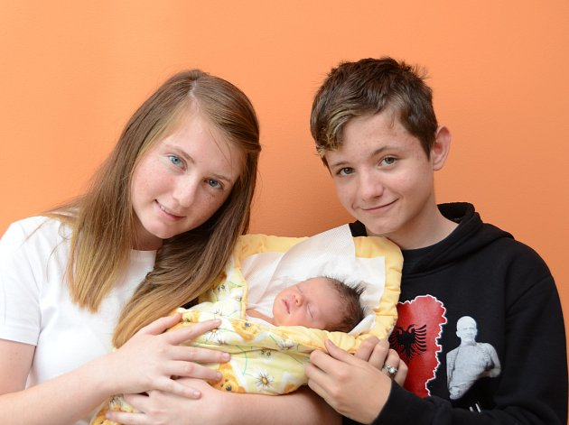 Patnáctiletý Jakub a třináctiletí Anetka a Zdeněk  mají od pátku 22. září malou sestřičku. Terezie Šárka Kůsová se narodila ve strakonické porodnici v 9 hodin 38 minut a vážila 2590 gramů. Celá rodina bydlí ve Zdíkově.