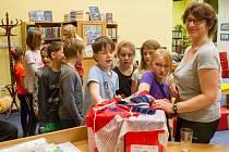 Devatenáct dětí a dvě knihovnice nocovalo v pátek v Městské knihovně ve Vimperku. Děti plnily připravené úkoly a noc si náramně užily.