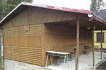Dřevěný kiosek v areálu zimního stadionu ve Vimperku má konečně nového majitele.
