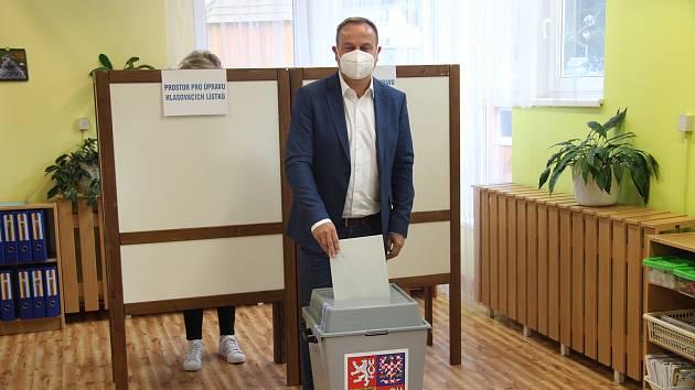 Lídr koalice SPOLU pro jižní Čechy Jan Bauer odevzdal svůj hlas v pátek v MŠ Česká v Prachaticích.