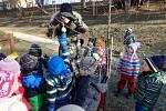 Že si kamarádi pomáhají, to již děti z Paraplíčka dobře ví. Pomáhají i zvířátkům.