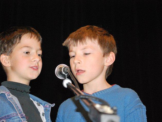 Žáci prvního stupně základních škol navštívili sál vimperského kulturního střediska, kde pro ně připravili výchovný koncert složený z folkové muziky Jiří Válek a Zdeněk Dočekal.