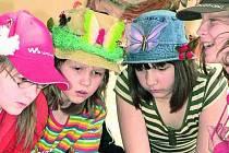 Děti ze Základní školy v ulici Zlatá stezka v Prachaticích přivítaly 19. března jaro Dnem klobouků.