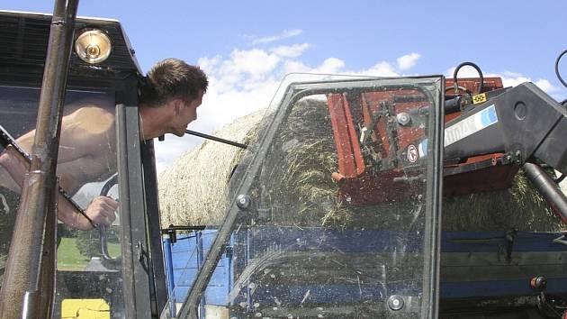 FARMÁŘI CHVÁTAJÍ. Šumavským farmářům zbývá posledních pár dní na posečení luk. Pak se jim už unijní pokladna pro letošní rok uzavře.