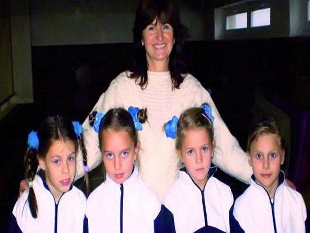 VIMPERSKÉ GYMNASTKY. Trenérka Marie Kotlíková spolu s Markétou Procházkovou, Michaelou Willmannovou, Kristýnou Vondráškovou a Andreou Zwettlerovou (zleva).