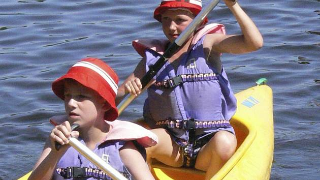 DĚTI ZKOUŠELY KANOE. Dům dětí a mládeže z Volar pořádá v těchto dnech pobytový tábor. Včera si děti užívaly na Křišťanovickém rybníku, kde si mimo jiné vyzkoušely, jak se ovládá kanoe či raft.