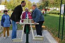 Čtyři nové prvky mohou na hřišti v parku Mládí využívat nejen senioři od minulého týdne. K dispozici už jich mají osm.