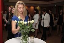 Studenti jihočeských zdravotnických škol, kteří se v sobotu účastnili souitěže Jihočeská sestřička, při slavnostním večeru uctili bílou růží oběti pátečního teroristického útoku v Paříži.