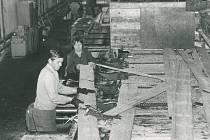 Nová pila a výpomoc pracovníků z pily staré v roce 1978.