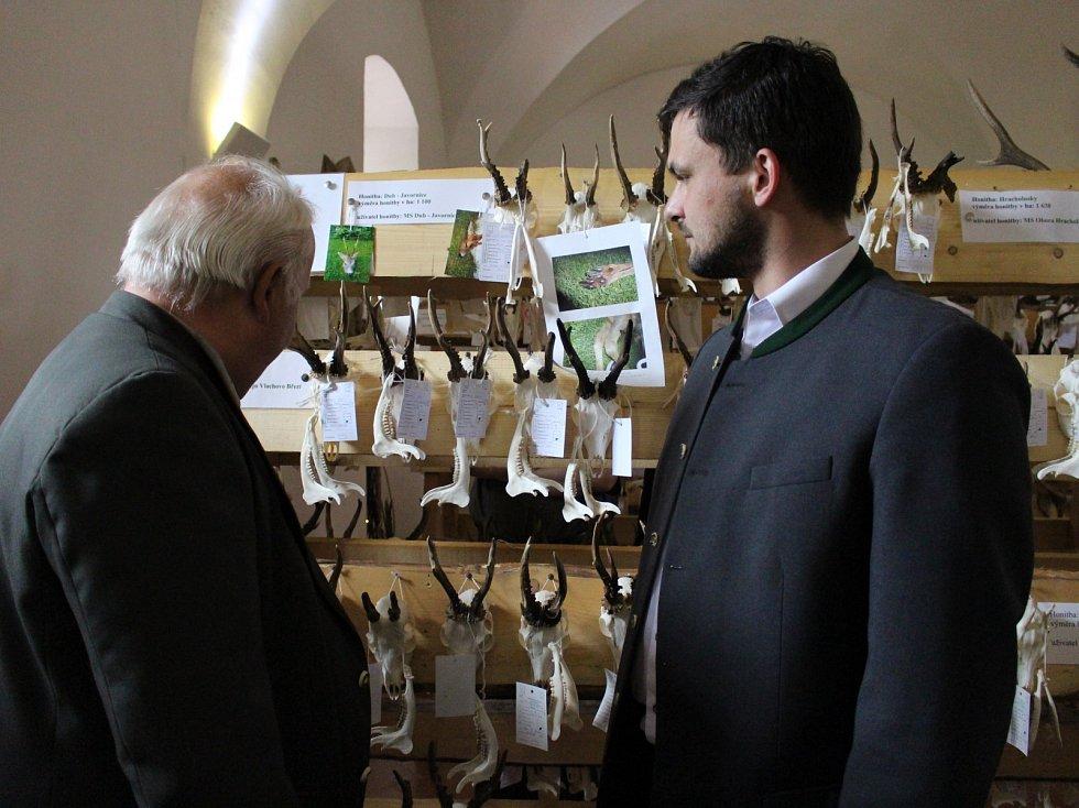 Josef Předota (vlevo) chtěl kdysi vyrazit na medvěda, ale nevyšlo to. Martin Kříž (vpravo) by rád trefil losa.