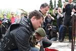 Noční vlci spolu se zástupci Všekozáckého svazu při pietním aktu kladení květin u památníku postaveném koncem osmdesátých let naproti původnímu místu setkání armád u Vitějovic.