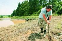 Zhruba hektarový rybník v Bohunicích na Prachaticku poškodily přívalové deště a následné povodně. Odborníci nyní zkoumají, zda je rybník bezpečný.