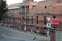 Domov Matky Vojtěchy v sousedství prachatického Hospicu sv. Jana N. Neumanna by měl být zastřešen ještě letos. Počasí stavební firmě zatím přeje.
