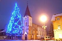 Nejvyšší živý vánoční smrk mají ve Kvildě. V neděli ho rozzáří na tři tisíce světýlek.