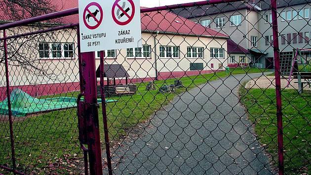 Všechny vstupy do areálu Základní školy v Husinci jsou opatřeny piktogramy s jasným upozorněním, že sem psi nesmějí. Zakázáno je zde i kouření či alkohol. Foto