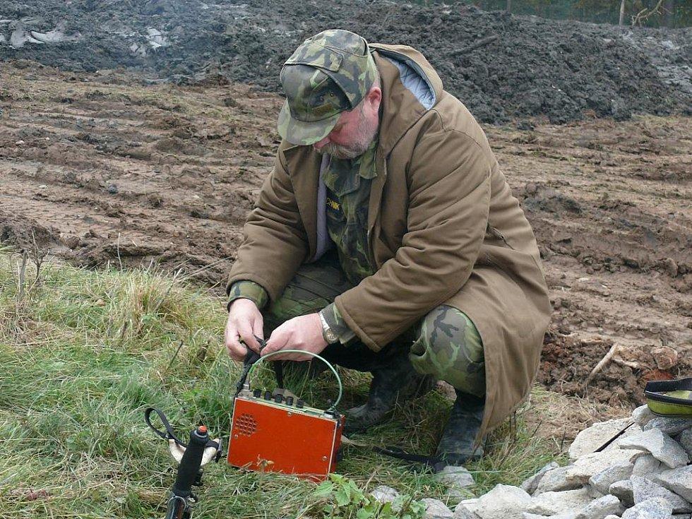 Pro průzkum další připravuje detektor kovů české výroby Miroslav Kolerus.